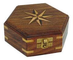 Holzbox mit Windrose-Inlay